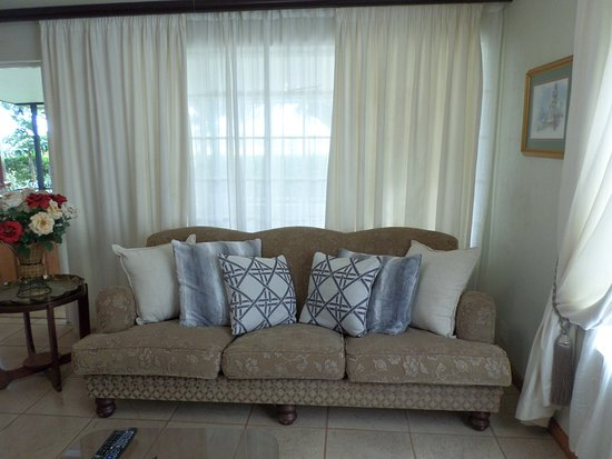‪‪Louis Trichardt‬, جنوب أفريقيا: Ivy guesthouse Spacious open plan Living room with full Premium Dstv & free wifi ‬