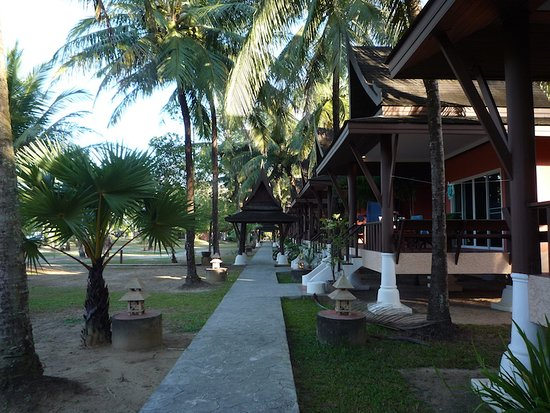 "Ko Kho Khao, Thailand: L'allée devant les ""Beach deluxe"""