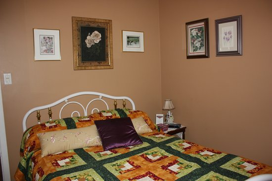 Cayuga, Canadá: Golden Glow Room, the smallest room but comfortable, homemade quilts