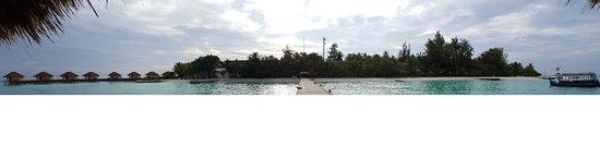 Maayafushi Island: Vista dell'isola dal pontile
