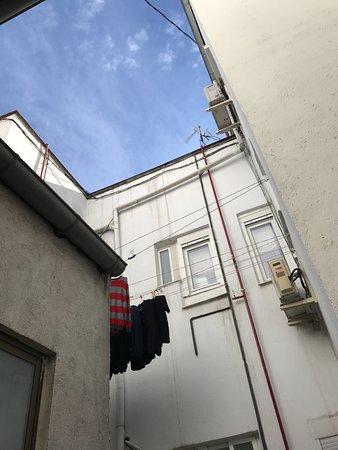 Vue sur la cour intérieure depuis l'espace commun à l'étage