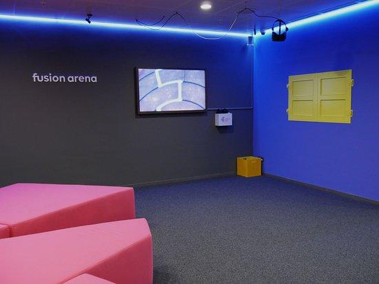 Blick auf eine VR Station in der Lounge und die Durchreiche zur ...