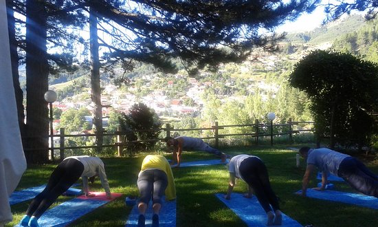 Perivoli, Greece: yoga στην αυλή του ξενοδοχείου αρχές Αυγούστου