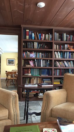 West Mountain Inn: Library area.
