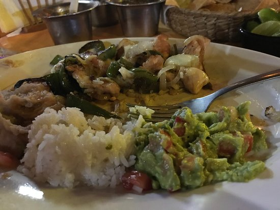 Gus y Gus Restaurant : Chicken fajitas with rice and guacamole. Great food!