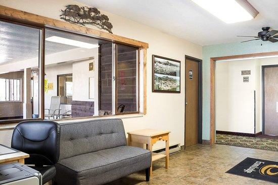 Econo Lodge Custer: Lobby