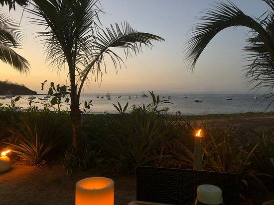 Playa Ocotal, Costa Rica: Cena al atardecer a la luz de la vela. bajo árboles de mango.