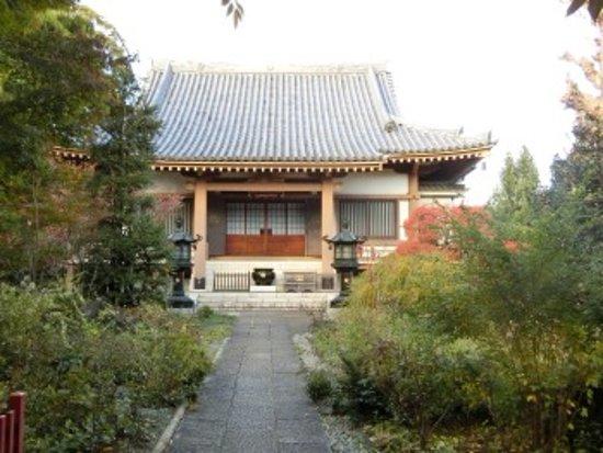 Nerima, Japan: 本堂前にて