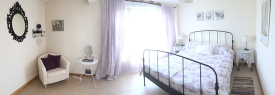 Lot, Francia: Bedroom with with a queen size double bed