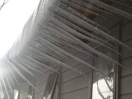 Aneeki Ski Lodge: snow on the roof