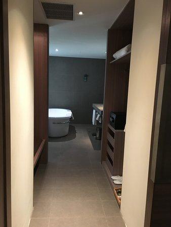 Hotel Novotel Taipei Taoyuan International Airport: 更衣室和浴缸