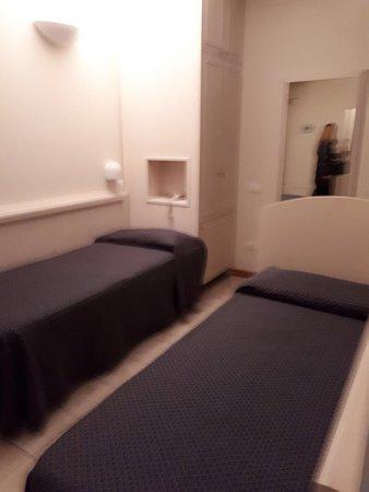 Camera doppia con letti singoli - Picture of Hotel Villa ...