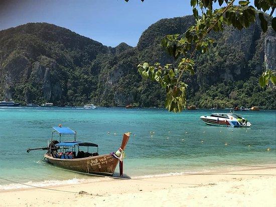 Phi Phi Don Chukit Resort: View from Hotel Reception.