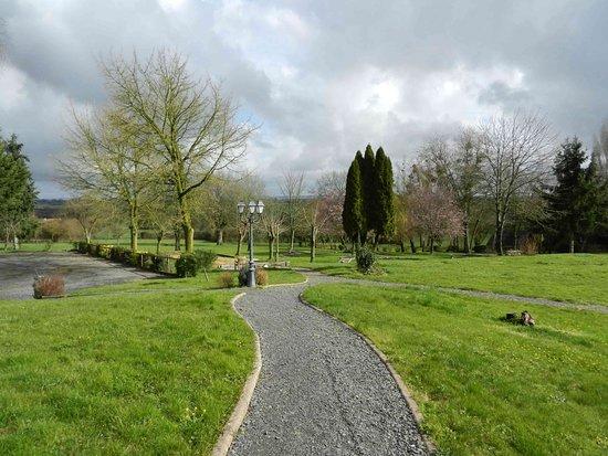 Saulges, Francia: Le parc de l'hôtel
