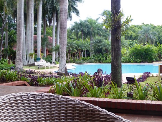 Iguazu Grand Resort, Spa & Casino: Bar terrasse donnant sur l'espace piscine.