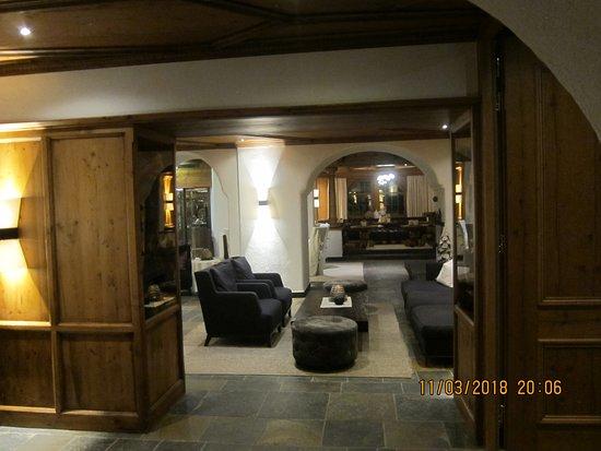 Hotel Edelweiss & Gurgl: Part of bar area