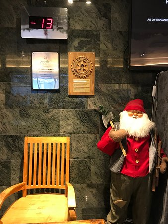 Santa's Hotel Santa Claus: Lobby (- 13) degree outside