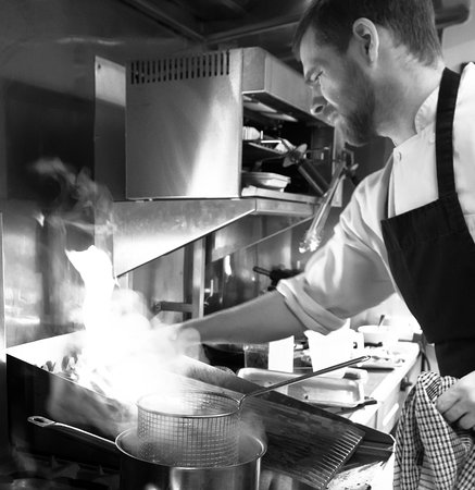 Mellington, UK: Our talented chef Tom busy at work