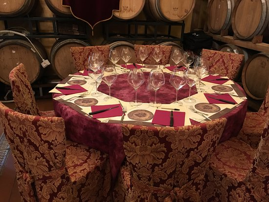 Ulignano, Italië: A typical table setting in the cellar at Tenuta Torciano