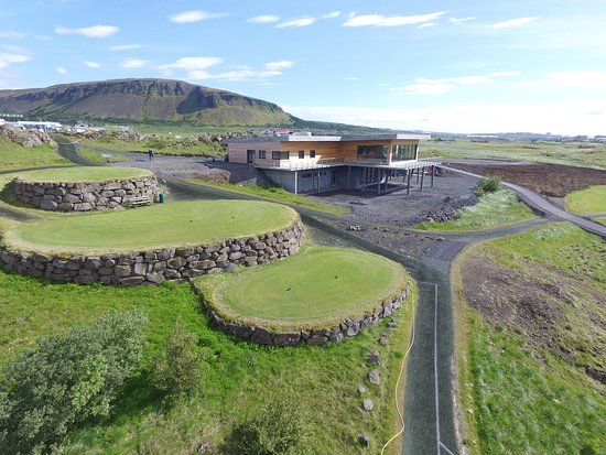 Mosfellsbaer, Islandia: The brand new clubhouse, Klettur is situated by the 10th tee and the 18th green.