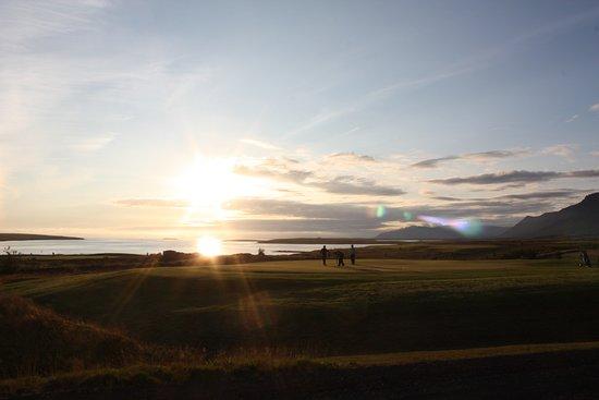 Mosfellsbaer, Islandia: Typical spring sunset at Hlíðavöllur