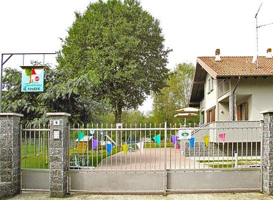 Gattico, Italy: l'ingresso l'insegna e il rovere