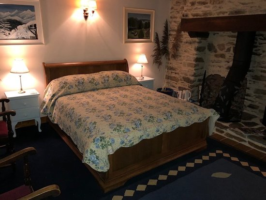 Thury-Harcourt, France: king room double bed overlooking garden and river Orne