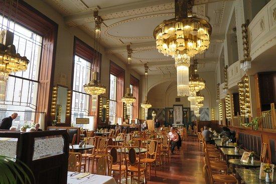 la sala da pranzo con gli splendici lampadari a goccia - Picture of ...