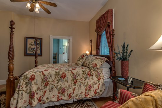 The Oaks Bed & Breakfast: The first floor Audubon Room with ensuite