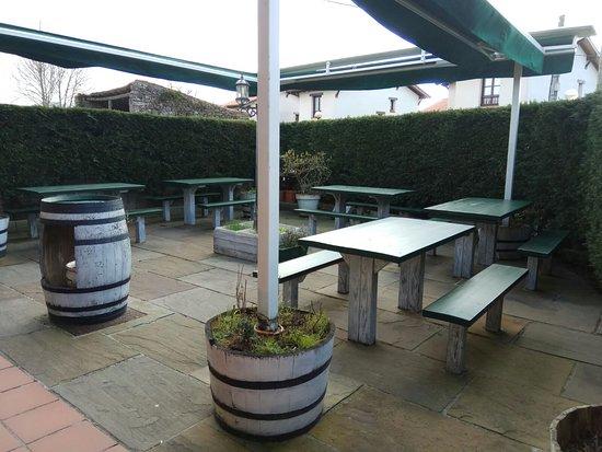 Restaurante La Yerbita: Entrada - patio exterior