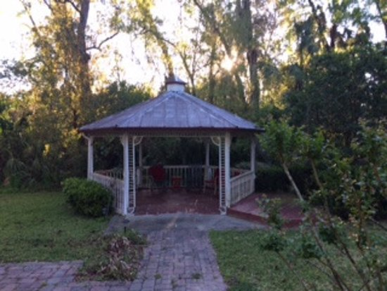 Lake Helen, FL: Wonderfully serene gazebo