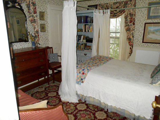 Rome, NY: The Manchester Room features a four-poster double bed and en-suite bathroom...