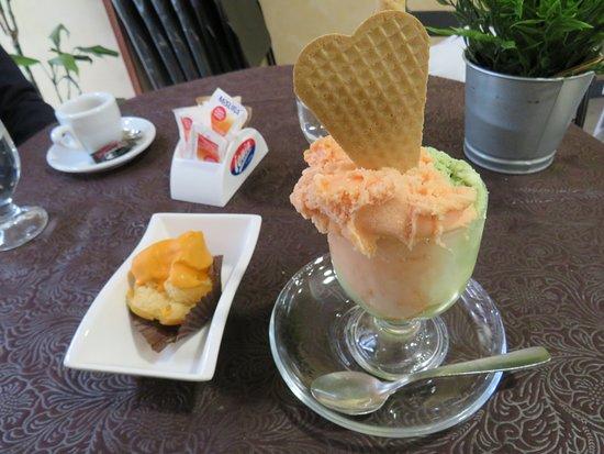 Palagonia, Italy: Bignè e gelato all'arancia rossa