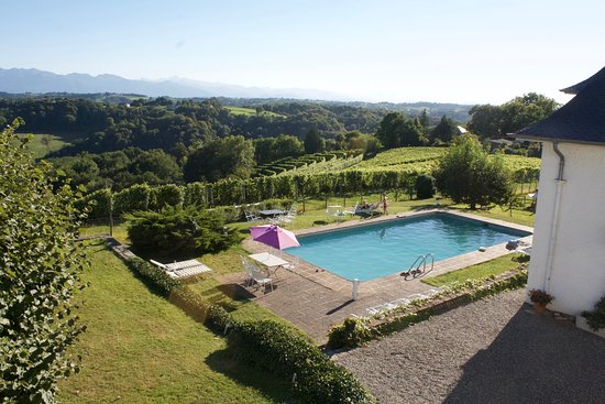 Jurancon, Francia: Clos Mirabel - shared pool with spectacular views