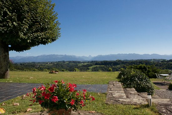 Jurancon, Francia: Views of the Pyrenees Atlantique from the grounds of Clos Mirabel