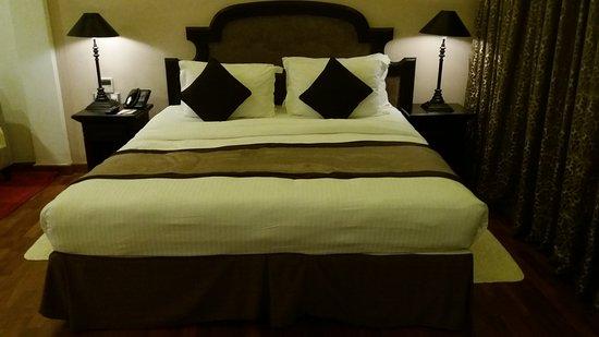 Earlu0027s Regent Hotel: Spacieuse Chambre Avec Lit King Size