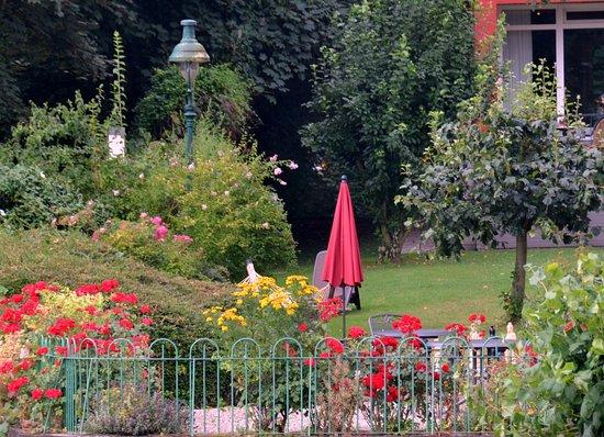 Bad Breisig, Tyskland: Hotelpark direkt an der Rheinpromenade