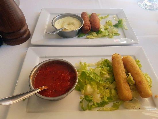 Montecatini Restaurante: Entrada de bastoncitos de muzzarella y crocante de pollo. En realidad vienen cuatro en cada plat