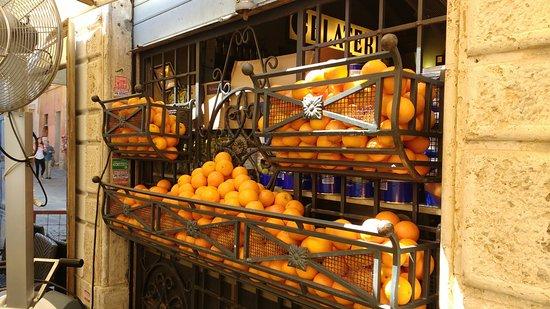 Caffe delle Arance: Laranjas expostas no lado de fora do caffè.