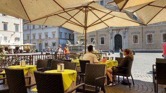 Caffe delle Arance: Vista da Piazza di Santa Maria in Trastevere com a fonte homônima.