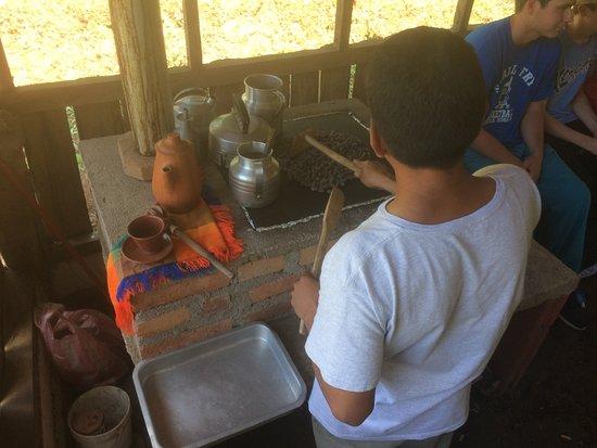 Santa Cruz de Yojoa, Honduras: Roasting cacao beans
