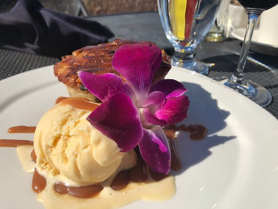 Quincy, WA: Most delicious Trodden Bread Pudding, with bourbon Carmel drizzled over------dessert menu to die