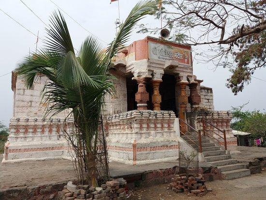Ambajogai, India: Kholeshwar Temple front