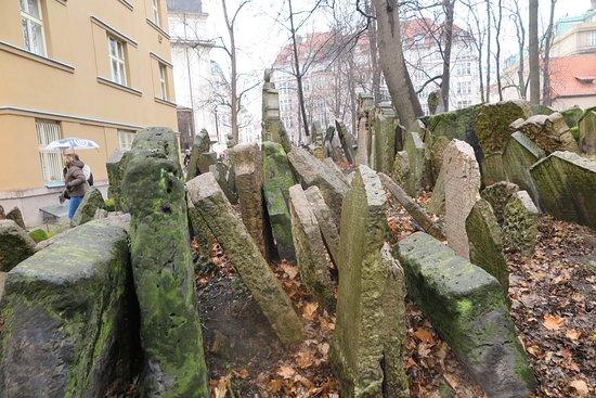 Jewish Museum in Prague: il vecchio cimitero ebraico con le tombe e lapidi alla rinfusa per mancanza di terra e posto,