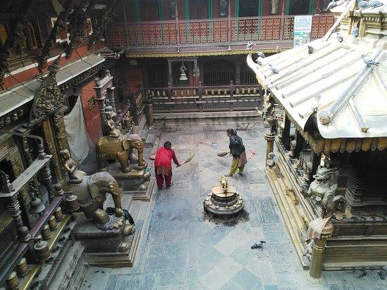 Golden Temple (Hiranya Varna Mahavihar) : cour