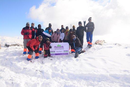 Dehradun, Indie: Renok Trekkers at Summit of Kedarkantha