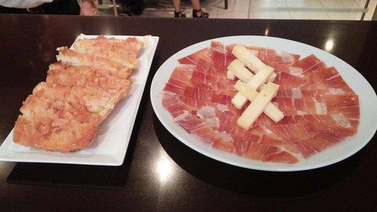 Velez Rubio, Espanha: Nuestra típica chapata con jamón y queso
