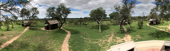 Manyeleti Game Reserve, África do Sul: Panorama vom Viewing-Deck, Blick auf Zelt #1 bis #4