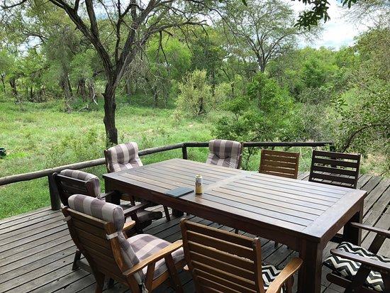Manyeleti Game Reserve, África do Sul: Schattiges Deck (mit BBQ Platz) vor dem Hauptgebäude