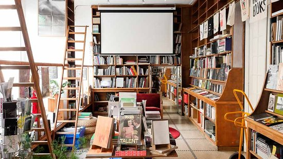 Saint-Gilles, Bélgica: Inside view of the Tipi bookshop